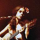 Rumbeira style, babados de lamê, pernas abertas, flores nos cabelos e violão no colo: a primeira montagem de